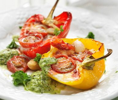 Mmm, vad sägs om bön- tomat- och mozzarellafyllda paprikor med sauce vert till middag? Sauce verte är en örtrik sås från Frankrike som i detta recept komponeras av smaker som persilja, vitlök, kapris, dijon och citron. Ett självklart tillbehör till de fyllda paprikorna. Bon appétit!