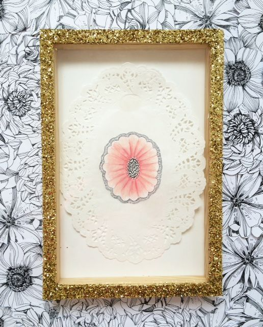 Sophie Truant Portrait, 22 x 32,5 cm, 2015, techniques mixtes sur dentelle en papier et cadre pailleté