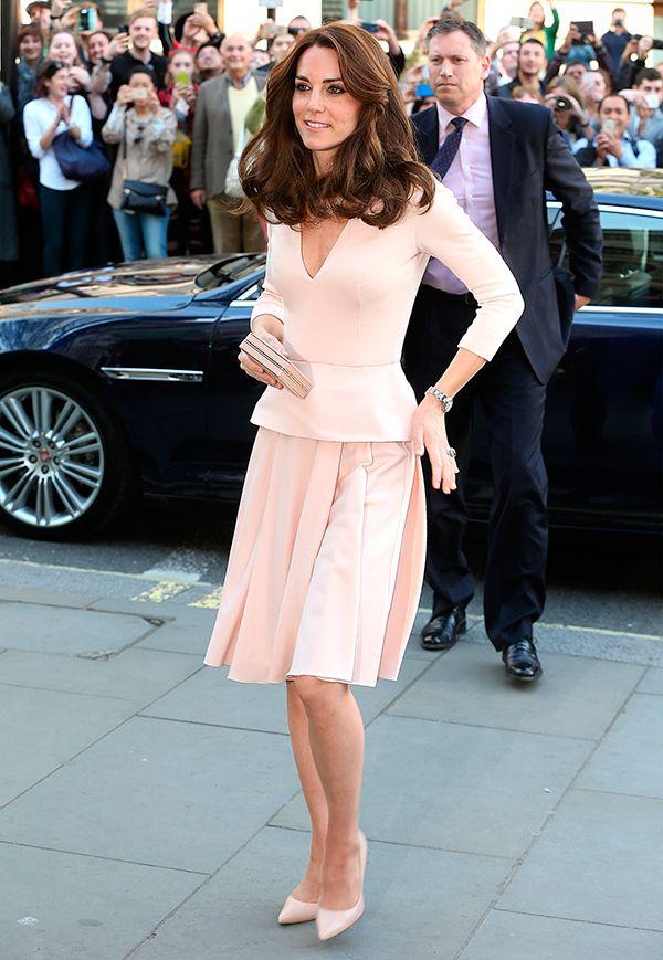 Kate Middleton descendo do carro real usa conjunto de blusa e saia, scarpin e clutch no tom rosa quartz