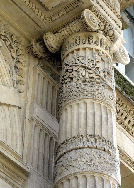 pilaster: zuil die niet vrijstaand is maar gedeeltelijk uit de achtergrond komt