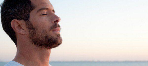 Atenção com o nariz;Outro lugar que você deve ter atenção para evitar o mau hálito é com o nariz. Infecções no seu seio nasal ou a presença de bactérias nas cavidades nasais podem emitir cheiros nocivos por meio de suas passagens nasais. Em casos assim, procure um especialista da área de otorrinolaringologista, o médico que cuida das partes do ouvido, garganta e nariz no seu corpo.