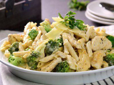 No puedes dejar de probar esta cremosa pasta Alfredo con jugosas tiras de pollo asado y pequeños trozos de brócoli que le dan el balance perfecto de sabor. El mejor platillo fácil para compartir con la familia.