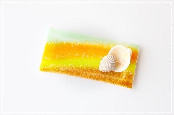 ホワイトベースのガラスに落ち着いたオリーブグリーンフレッシュ感のある黄やオレンジそしてブラウンを配色季節を問わず食卓やお部屋を明るく賑わせてくれそう♪流れるよ...|ハンドメイド、手作り、手仕事品の通販・販売・購入ならCreema。