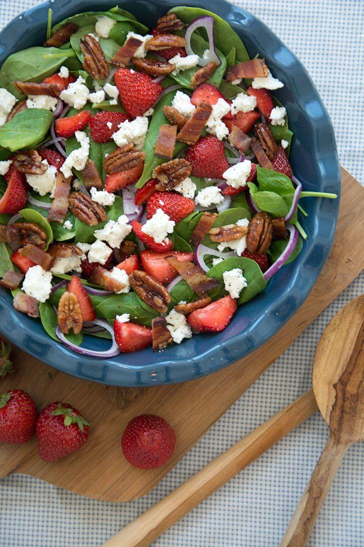 De sommer og solskinssøde jordbær, den cremede salte feta og de lidt bitre pecannødder er bare match made in heaven - sommerens salat
