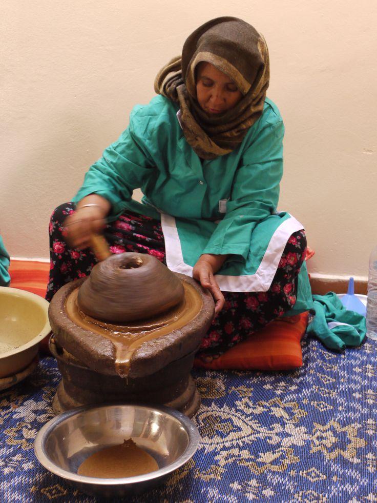 L'argan est fraîchement pressée pour HÉVÉA, la précieuse huile d'Argan est issue de partenariats équitables avec une coopérative de femmes berbères. #argan