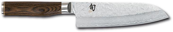 Questo coltello da cucina Santoku è stato sviluppato dalla giapponese Kai - che ha il suo quartiere generale in Europa in quel di Solingen -, con il cuoco tedesco Tim Malzer, una vera e propria celebrità nel suo paese. Il risultato è un prodotto che combina un'estetica eccezionale ad una qualità costruttiva senza paragoni. Il nucleo di acciaio VG10 ad alto contenuto di carbonio temprato a 61 HRC è circondato da 32 strati di acciaio damascato. Questo coltello viene lavorato con la tecnica…