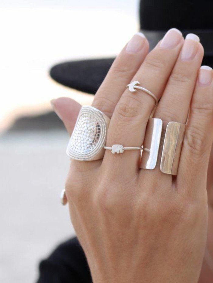 une fine bague argentée, anneau de phalange élégant associé à de grosses bagues etniques