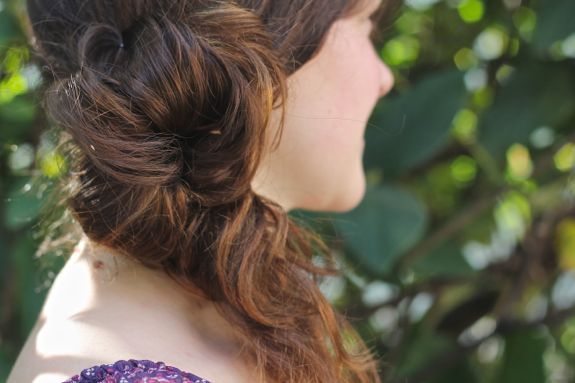 DIY Messy Side Ponytail | http://helloglow.co/diy-messy-side-ponytail/. Smart and easy! I can never get this right..