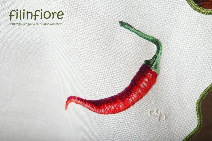 #tovaglia ricamata a mano, raffigura un peperoncino (particolare) #ricamo #filinfiore