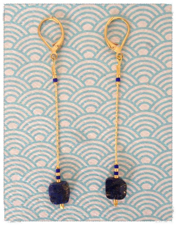 Jolie paire de Boucles doreilles composée dune fine chaîne en laiton doré, ornée des célèbres perles de miyuki et dune pierre semi précieuse.  Elles mesurent environ 7cm.   Deux coloris disponibles.   *Chaque article est minutieusement fabriqué par Nanouchka.  Nhésitez pas à me solliciter pour la moindre question.