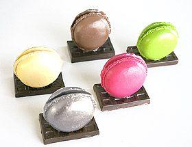 Macaron marque-place - Attention à ne pas vous tromper : Aussi jolis que des vrais, ces petits macarons très tendances vous permettront de placer vos invités avec gourmandise ! http://www.mariage.fr/shop/lot-de-12-porte-noms-macarons-mariage-marque-place-pinces-ardoises.htm