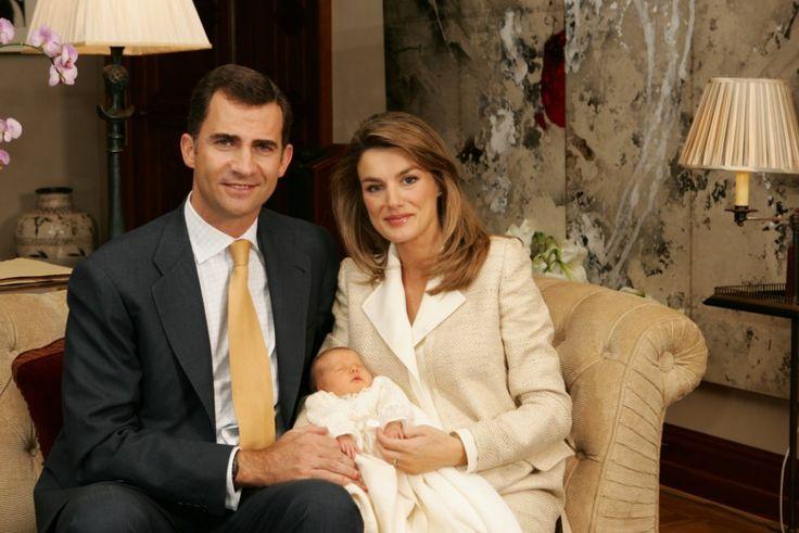El 31 de octubre de 2005, los príncipes de Asturias daban la bienvenida a su primera hija, Leonor, hoy la primera en la línea de sucesión en la Corona española. En la imagen, su primera foto de familia oficial tras haber abandonado la clínica Ruber Internacional de Madrid.