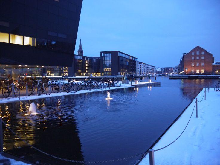 Fim de tarde na biblioteca diamante negro em Copenhague. Dicas sobre Copenhague no blog planningmytravels.com