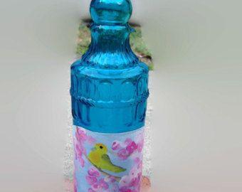 Vidrio azul botella con flores de cerezo y la Reinita Amarilla aves pintadas etiqueta vino bebida fabricantes de vino venta de vinos