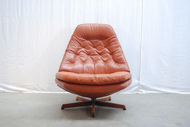 """SOLD (Utrecht)/ Prachtige moderne jaren 70 verstelbare leren draaifauteuil met gecapitonneerde losse kussens in cognac kleurig leer enmooi methout gedetailleerde stervoet. De fauteuil is """"made i…"""