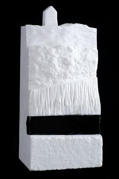 ESTRATOS II. 30 X 14 X 10 cm. Mármol, resina de poliester y negro de humo. 1.600 €.