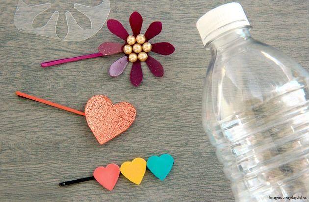 En lugar de tirar las botellas de plástico a la basura puedes darle un mejor uso y crear unas creativas pinzas para el cabello. Corazones, flores o el diseño que más te guste. Utiliza todos los elementos que desees y pasa un rato lleno de imaginación. ¡Mira la imagen y luce tus propios diseños!