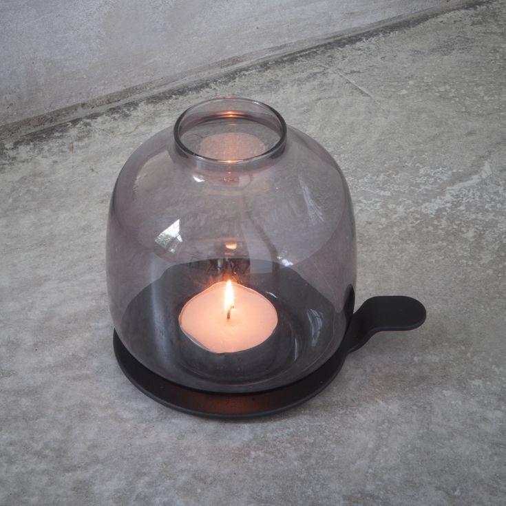 Hallgeir Chamber Light fra Menu er en moderne fortolkning af kammerstagen. Håndtaget gør det nemt at transportere kammerstagen rundt om huset eller udendørs. Hallgeir Chamber Light kan bruges med bade fyrfadslys, bloklys og olielys.