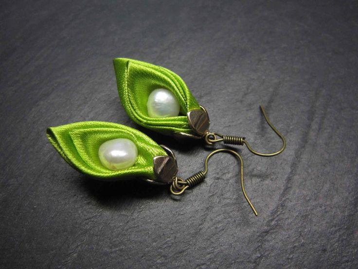 """Boucles originales vert vif """"Blossom satin, mon petit pois"""" - 2100 : Boucles d'oreille par karol-de-laleu"""