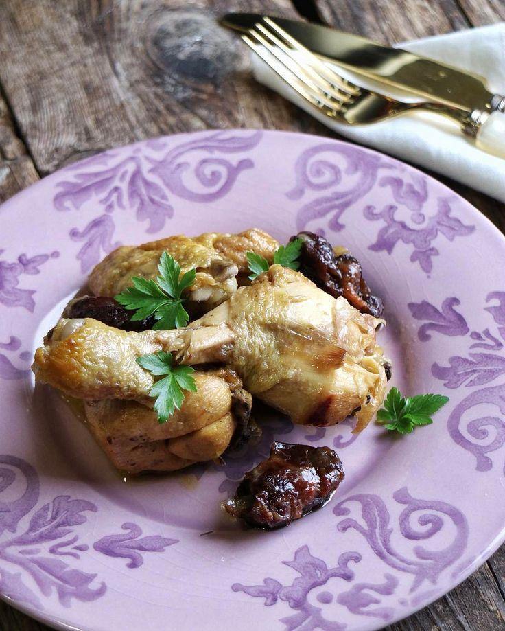 """Repetimos el pollo rustido con ciruelas y piñones que hice para @cocinaconbra Una receta tradicional de la cocina catalana que podéis encontrar en mi canal de Youtube. Mañana nos vamos de """"Calçotada"""" no perdáis detalle en mi Stories  #felizsabado"""
