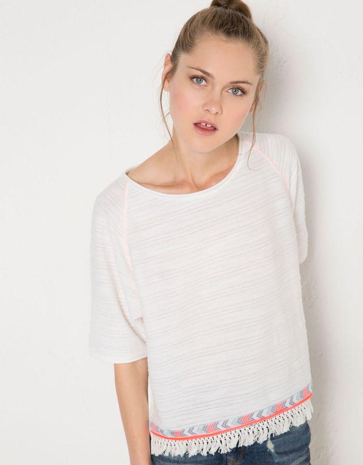 Jersey BSK manga corta flecos bajo. Descubre ésta y muchas otras prendas en Bershka con nuevos productos cada semana