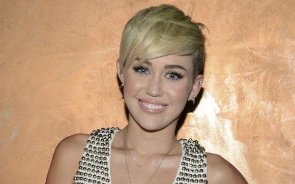 """Miley Cyrus está noiva e deve se casar em breve, mas parece que ela já deu uma olhadinha para os meninos do One Direction… Durante uma entrevista sobre seu próximo filme, """"A Super Agente"""" (estreia em 2013), Miley ouviu as seguintes perguntas: Você conhece os meninos do One Direction? Qual deles é seu favorito? +   Por qual dos meninos do 1D Miley tem uma quedinha? - Amiga, que Bafo! - CAPRICHO"""