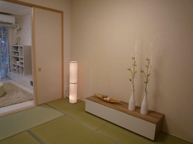 白をアクセントに 淡い色の和室に、白をアクセントカラーに。清潔感溢れる上品な空間。インテリアコーディネート 和室