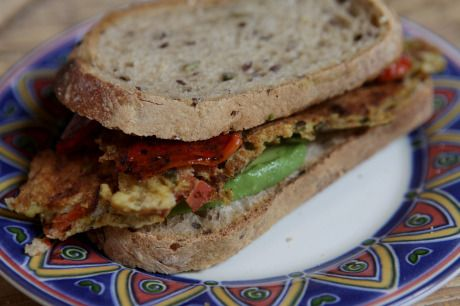 Sanduíche de omelete com pimentão assado e abacate (vegano)