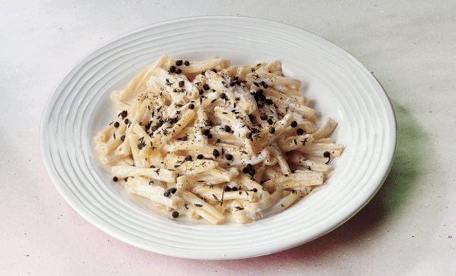 Ricotta Peynirli, Kapari ve Kekikli Makarna  Bir tencerede suyu kaynatın ve al dente kıvama gelene kadar makarnaları pişirin. Makarnalar pişerken bir taraftan da Ricotta peyniri ve sütü orta dereceli ateşte karıştırarak kaynatın. Kaparileri ekleyip karabiber ile tatlandırın. Makarnalar piştiğinde süzün ve tencereye geri alarak zeytinyağı ile soteleyin. Ricotta sosunu ekleyip bir dakika kadar orta dereceli…