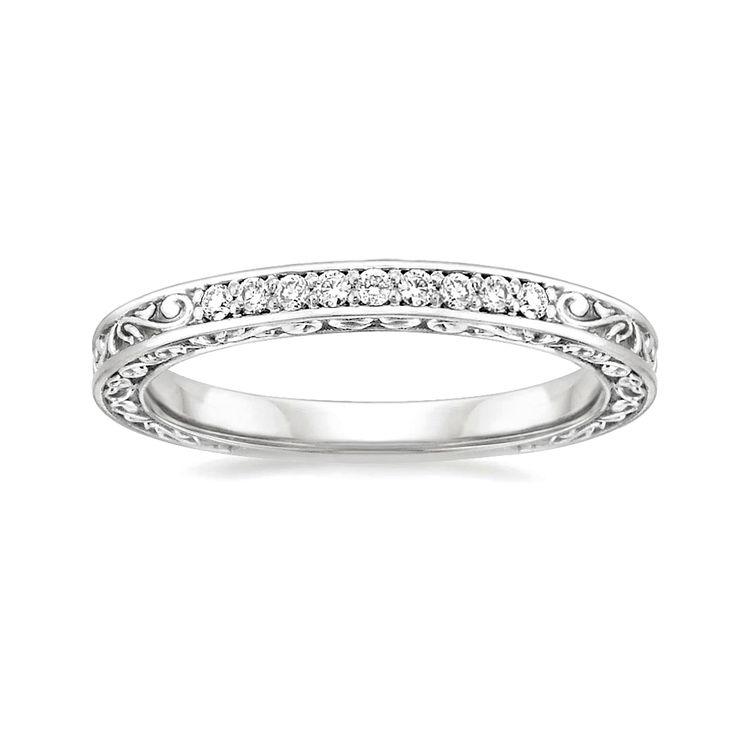 Argolla de matrimonio para novias vintage: Este hermoso anillo de estilo antiguo está grabado con delicados diseños que rodean la parte superior y los lados, con brillantes diamantes redondos.  #ArgollasDeMatrimonioCali #ArgollasDeMatrimonioColombia #WeddingBandsColombia