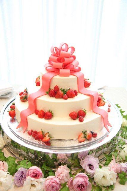 ピンクリボンのプレゼント型ケーキ☆ 専属のパティシエがおふたりのご希望を形にします | ヴィクトリアガーデン恵比寿迎賓館 (旧名:ノッティングヒルズ東京(NOTTINGHILL'S TOKYO))(東京都:ゲストハウス) | 結婚式場・結婚準備の口コミサイト-みんなのウェディング [写真から探す]