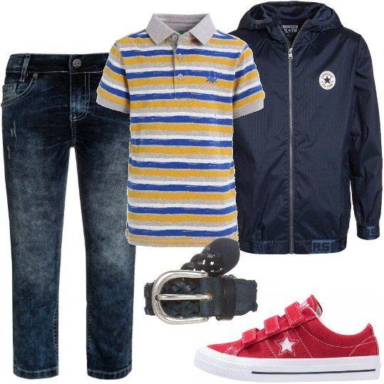 Jeans in denim blu, polo a maniche corte stampata a righe colorate, giacca leggera con cerniera e cappuccio, cintura intrecciata con fibbia in metallo, sneakers basse con lacci e suola in gomma.