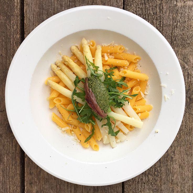 Dit recept is chic en toch simpel: pasta met zoute pesto van ansjovis en rucola met zachte witte asperges #naareigensmaak