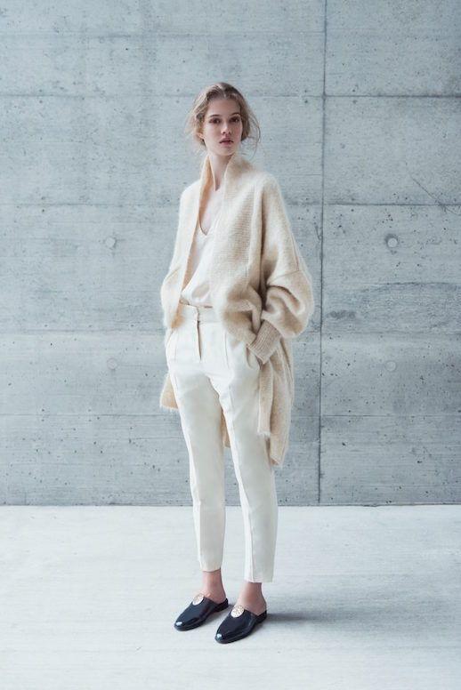 All-White mit Hingucker: Schwarze Schuhe und ein besonders zarter Créme-Cardigan. Wenn du weiß mit Créme kombinierst, wirkt die Farbe besonders warm! | Stylefeed