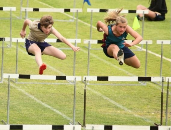 Andi Carr represented the Elkanah House athletics squad at the Lochnerhof Primary School inter-schools athletics event. She placed 4th in the U13 hurdles and received a silver medal for the 100m sprints.