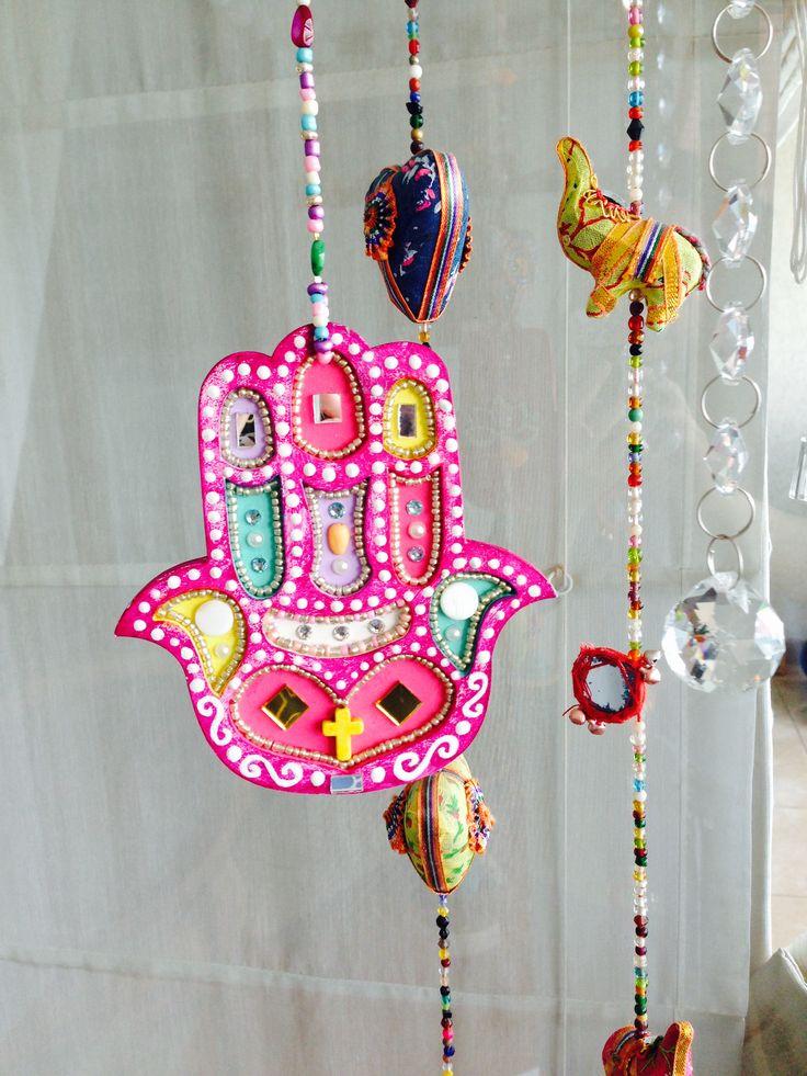 Mano de Fátima o Hamsa, pintada a mano con piedras y espejos, protección