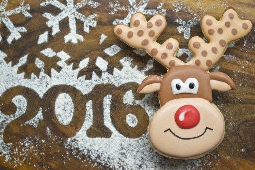 Печенье новогоднее «Олень Рудольф».  Печенье новогоднее «Олень Рудольф» сделано из песочного теста, для его украшения использовалась глазурь, приготовленная на основе сырого белка, сахарной пудры и жидких пищевых красок.