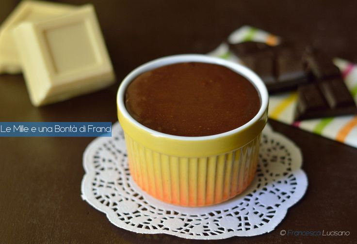 La crema Lindor è un dolce al cucchiaio semplice da preparare e goloso al punto che la si mangia a cucchiaiate. Il gusto richiama il famoso cioccolatino.