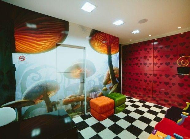 Repare na porta camuflada pelo papel de parede de cogumelos (Foto: Divulgação)