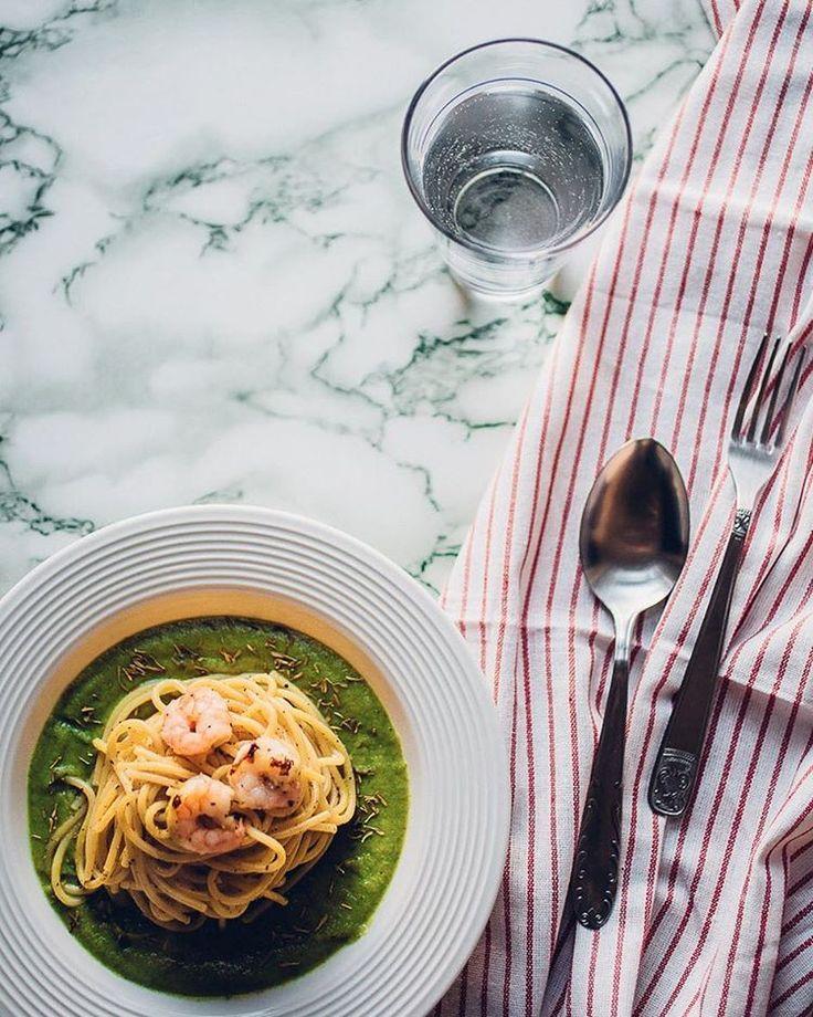PASTA ZUCCHINA E GAMBERI ho pensato di creare una crema di zucchine aromatizzata al timo, gamberi saltati in padella e per concludere spaghetti trafilati al bronzo.  ecco la mia semplicissima ricetta:  1 zucchina  70g di spaghetti trafilati al bronzo  30g di gamberetti 4 cucchiaini di olio extra vergine, buono!  sale quanto basta, ma non esagerate!