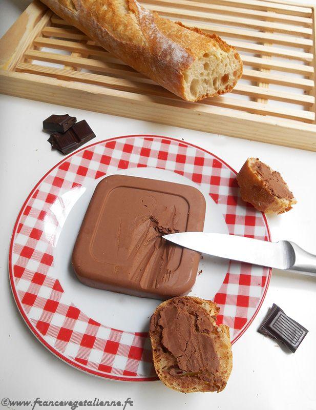 ...présenté par Léna  Avant d'explorer toutes les possibilités qu'offre notre beurre végétal en  cuisine, j'avais envie de récréer une friandise dont je raffolais étant  ado: le beurre chocolaté. Le concept est simple: on mélange le beurre  «classique» avec de la poudre de cacao et un peu de sucre, ce qui donne du  beurre très légèrement sucré au goût de chocolat. Ce produit, très  populaire dans ma Russie natale, me semble méconnu en France, donc je suis  ravie de vous le faire partager...
