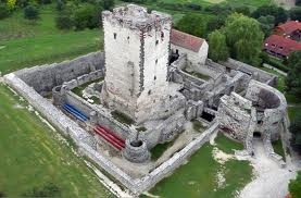 nagyvázsonyi vár.mátyás fekete seregét vezető kinizsi pál hadvezér tulajdona, ő kapta jutalmul.hatalmas lakótorony, fölé épült épületek. mátyás halálával hanyatlott a magyarországi reneszánsz.
