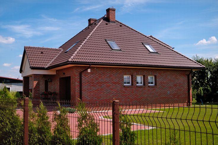 Betónová škridla EURONIT DURATOP PROFIL S umožňuje vytvorenie modernej strechy, ktorá upúta výrazným lesklým povrchom badateľným už z diaľky.
