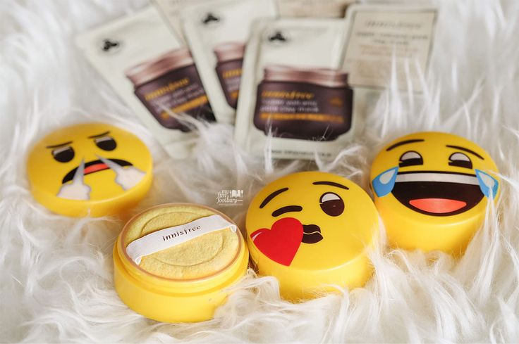 Super cute packaging of No Sebum Emoji Mineral Powder by Innisfree which is good to control shiny or oily skin after day activity. I keep them in my bag for daily Makeup Touch-up.