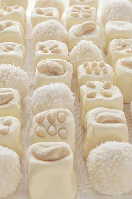 Для кокосовых шариков:  1 банка сгущенки  кокосовая стружка (в емкости для замера жидкостей примерно 600 мл.)    Для молочной помадки:    120 гр. сливочного масла  60 гр. сахарной пудры  220 гр. сухого молока (может понадобиться чуть больше или чуть меньше, так как сухое молоко всё разное)  2 чайных ложки сливок (жидких сливок)  50 гр. кедровых орешков  20 гр. кешью    Что делать?    Итак, друзья, кокосовые шарики. Их делать ооочень легко (напоминаю, что чудо сегодня простое). Сгущенку…