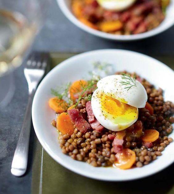 Salade de lentilles au curry, œuf mollet et lardons