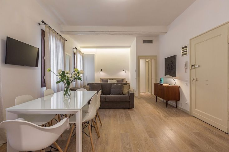 Salomé is a newly listed and glamorous studio apartment located only few meters from the famous Fenice Theatre in the San Marco District