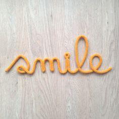 """Mot """"smile"""" en fil de fer et tricotin"""