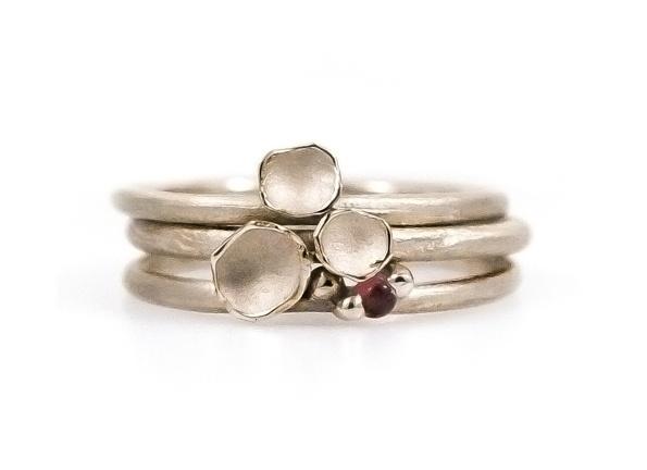Resultaat: combinatie ringen in 18kt naturel wit goud, met granaat cabuchon.