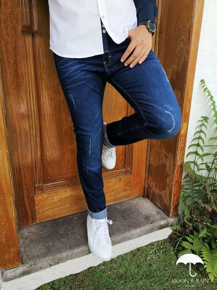Outfit para hombre; pantalón azul con rasgaduras y tenis ...